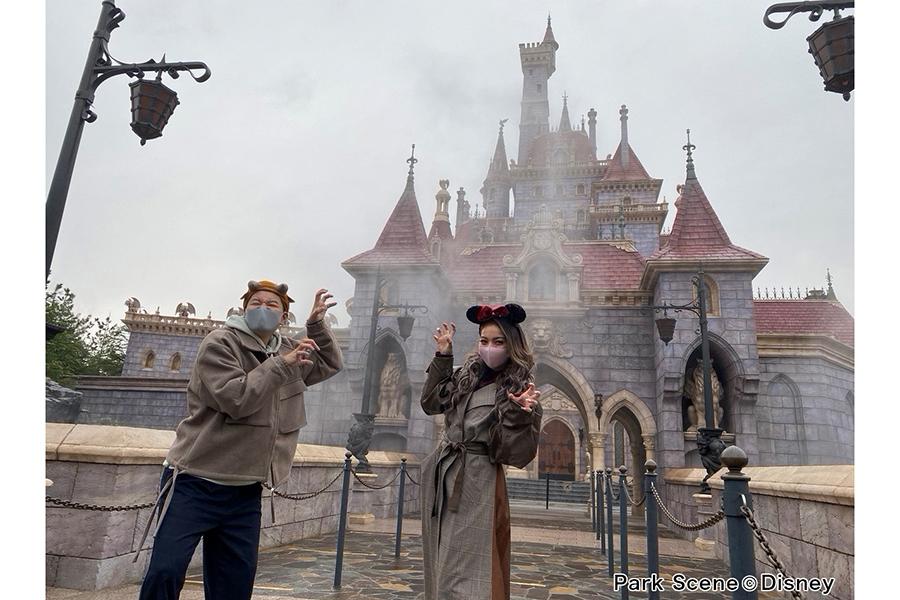 新エリア「美女と野獣」でロケを行った長田庄平&ゆきぽよ【写真:Park Scene (C)Disney】