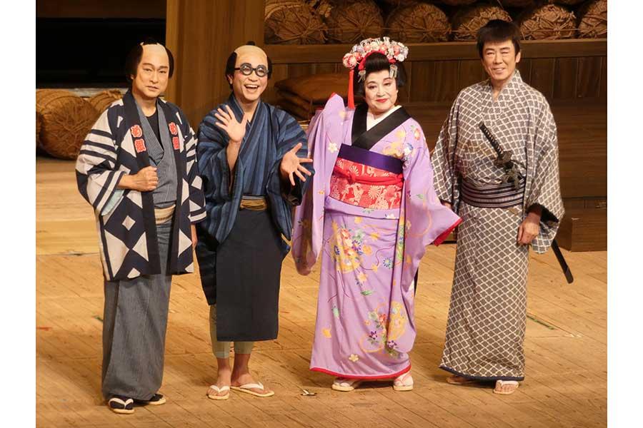 【写真】舞台衣装で来場を呼び掛けた太川陽介、八嶋智人、渡辺えり、西岡徳馬(左から)【写真:ENCOUNT編集部】