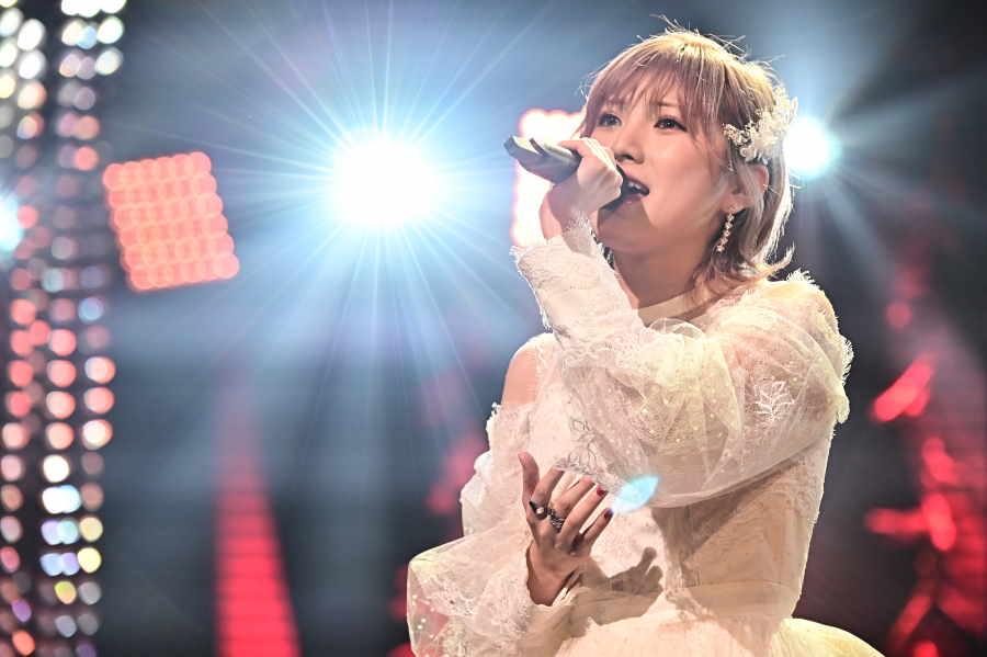 「AKB48/STU48」の岡田奈々は話題の「炎」を完璧に歌い切ってらしさを発揮した【写真:(C)TBS】