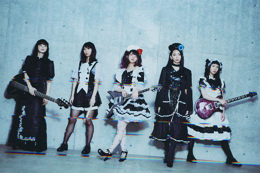 メイド姿のハードロックバンド「BAND-MAID」