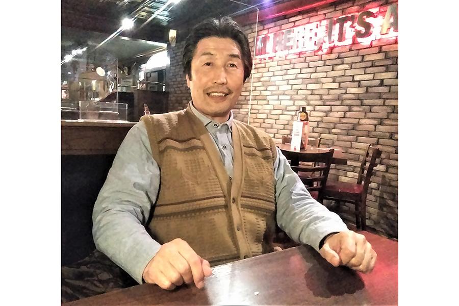 現役時代と変わらぬ笑顔の新倉史祐氏【写真:柴田惣一】