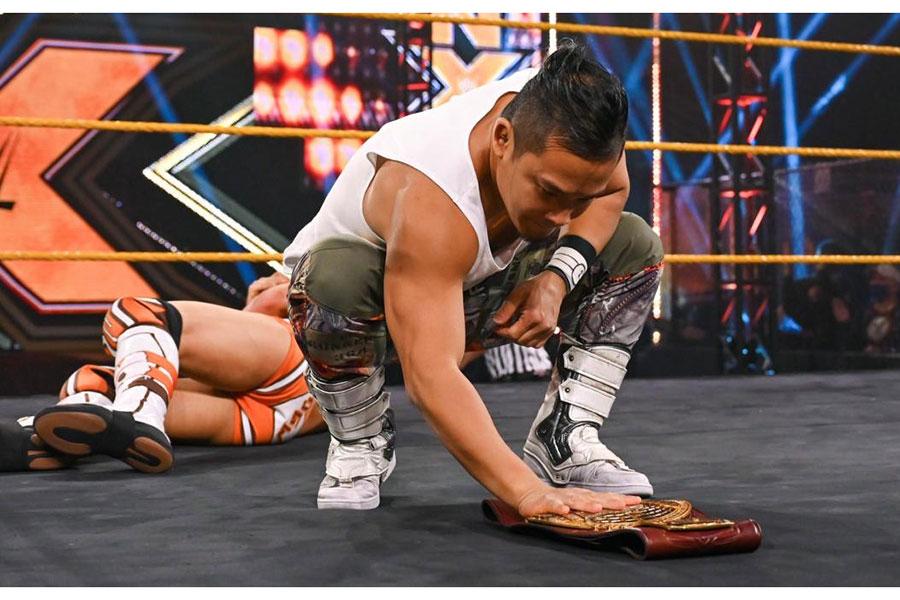 NXT北米王座のベルトに手を添えるKUSHIDA【写真:(C)2021 WWE, Inc. All Rights Reserved.】