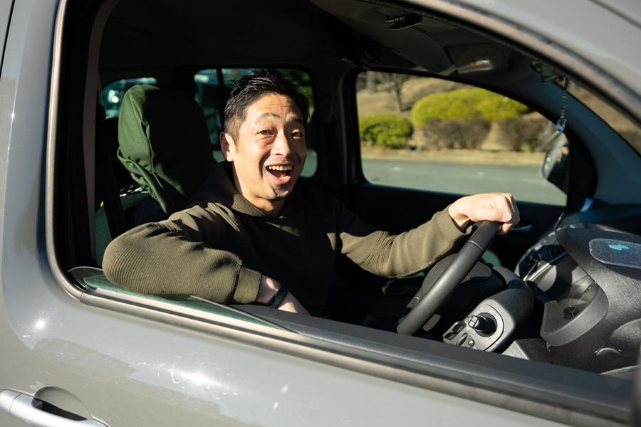 世界に40台しかない車に乗る団長安田さん【写真:荒川祐史】