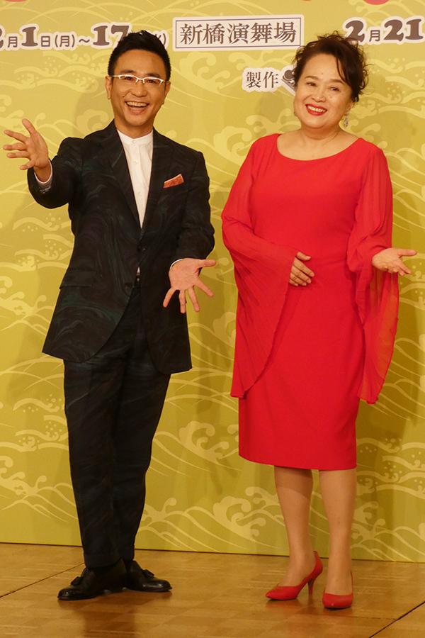 記者会見で珍問答を繰り出し笑いを誘った八嶋智人(左)と渡辺えり【写真:ENCOUNT編集部】