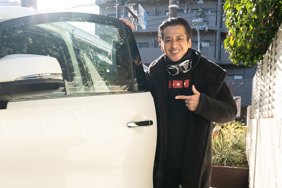 2年前に初尽くしの車に乗り換えた大沢樹生さん【写真:荒川祐史】