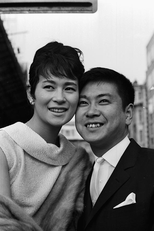 1964年当時の故・石原裕次郎さんと、妻・石原まき子さん(女優名は北原三枝)【写真:Getty Images】