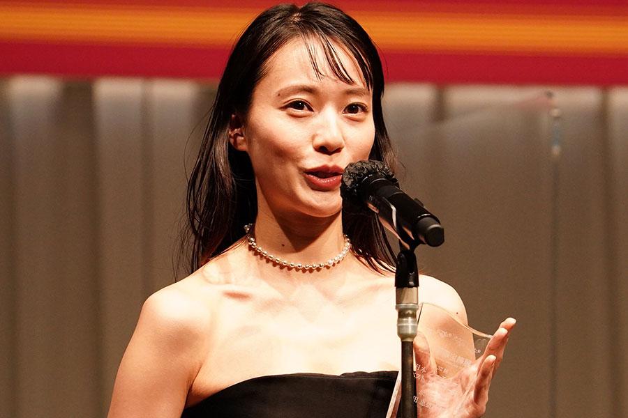 新婚・戸田恵梨香、両親からのネックレスが「私にとってお守り」 黒のドレス姿で授賞式