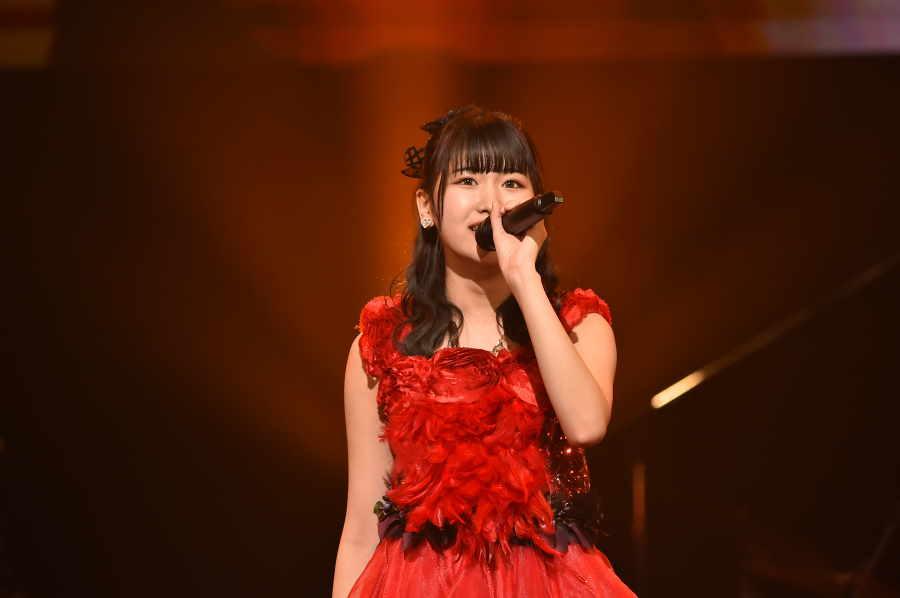 「AKB48」の高橋彩香は待望の舞台に立った喜びを歌と表情で表現した【写真:(C)TBS】