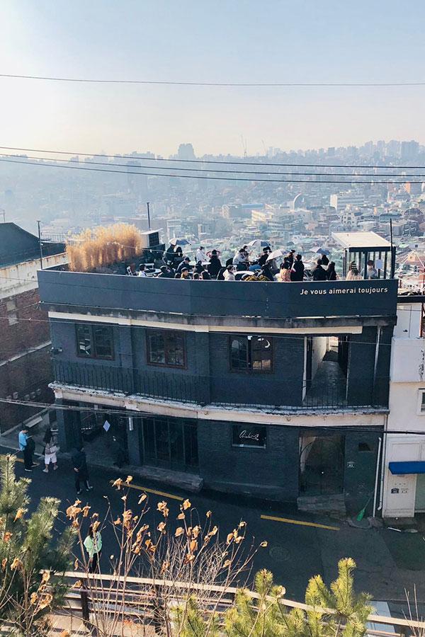 タンバム2号店はルーフトップで観光名所に。屋上はカップルでにぎわっていた【写真提供:文恵子氏】