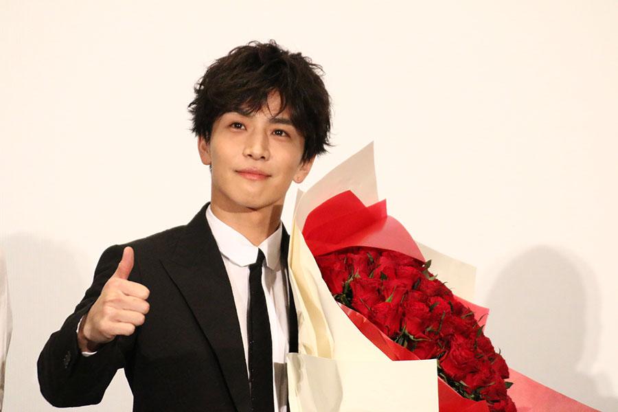 岩田剛典、「人生初」108本のバラをサプライズで贈られ重さにびっくり