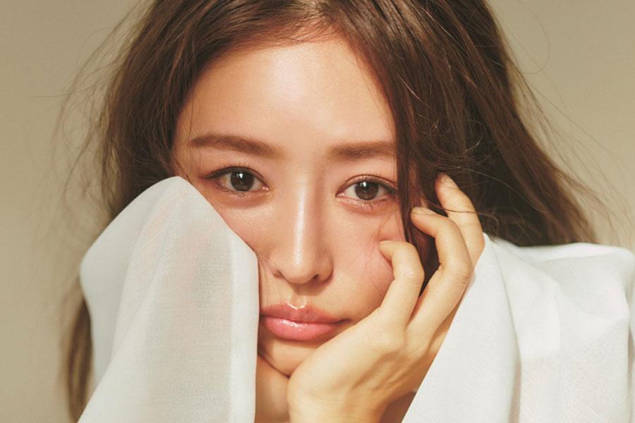 加治ひとみ、「sweet」3月号でボディー企画 透明感と艶のある美肌公開