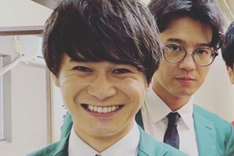 笑顔がまぶしい「トット」多田智佑の後方には相方・桑原雅人の姿も【写真:インスタグラム(@tottotada)より】