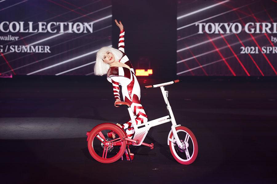 真っ白なヘアスタイルとハイヒールで登場したデヴィ夫人【写真:(C)マイナビ 東京ガールズコレクション 2021 SPRING/SUMMER】