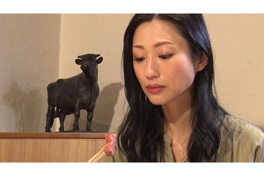 焼肉を堪能する壇蜜【写真:(C)BS朝日】