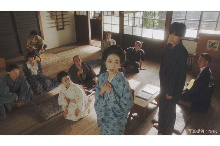 高峰ルリ子を演じる明日海りお(中央)【写真:(C)NHK】