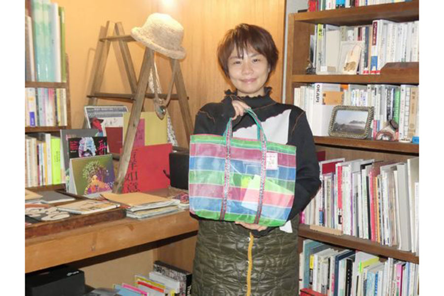 福袋の中身を手に台湾と会津の深い縁を語った池田リリィ茜藍さん。10年前、自身も被災した【写真:(C)カク・ユウシ氏】