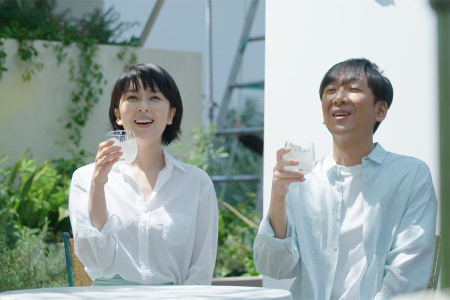 CMで夫婦を演じる松たか子と飯塚悟志