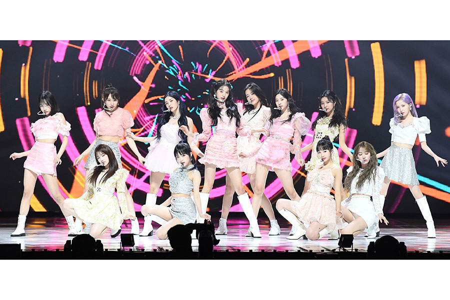 日韓ガールズアイドルグループ「IZ*ONE」【写真:Getty Images】