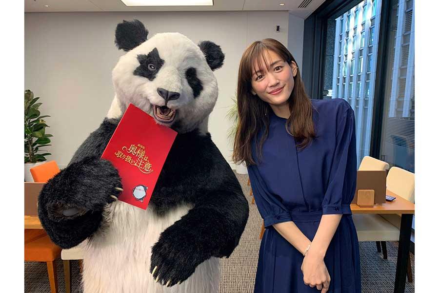 綾瀬はるかがパンダの星星と共演【写真:(C)日本テレビ】
