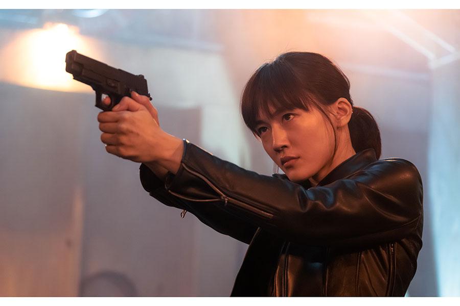 綾瀬はるか、壮絶アクションで魅了 映画「奥様は、取り扱い注意」で伝統武術が炸裂