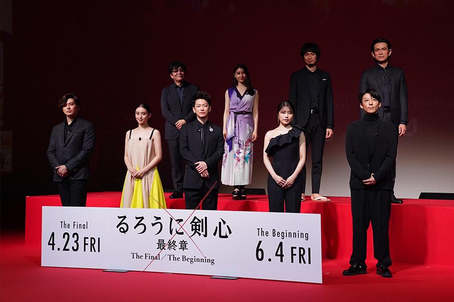 佐藤健の黒スーツ、有村架純の大胆肩出しドレス…「美男美女」ズラリ「るろ剣」に反響