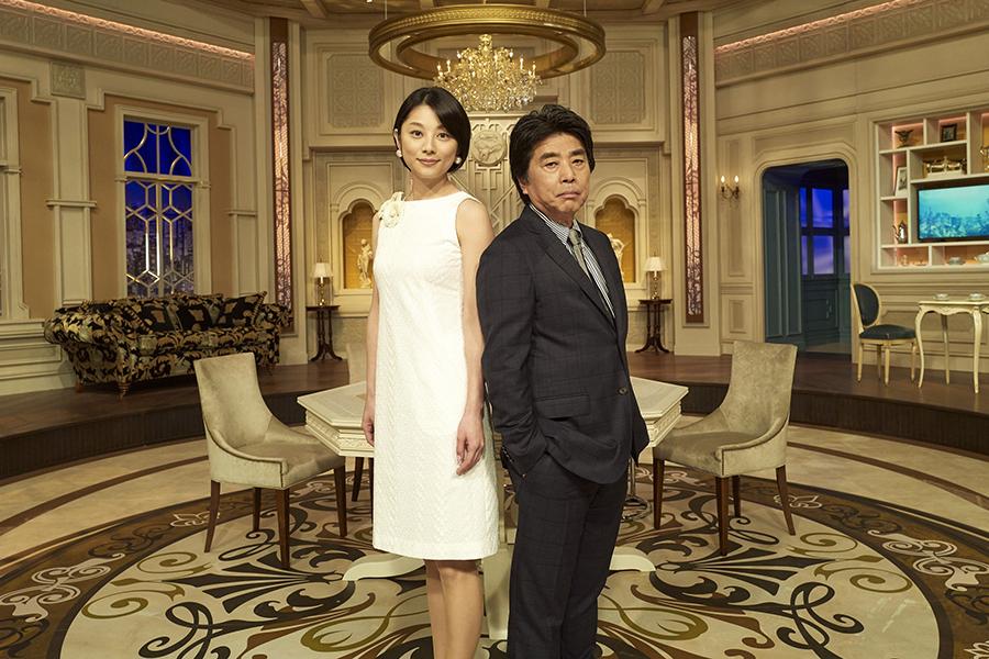 人気経済番組「カンブリア宮殿」のMCを務める村上龍と小池栄子【写真:(C)テレビ東京】