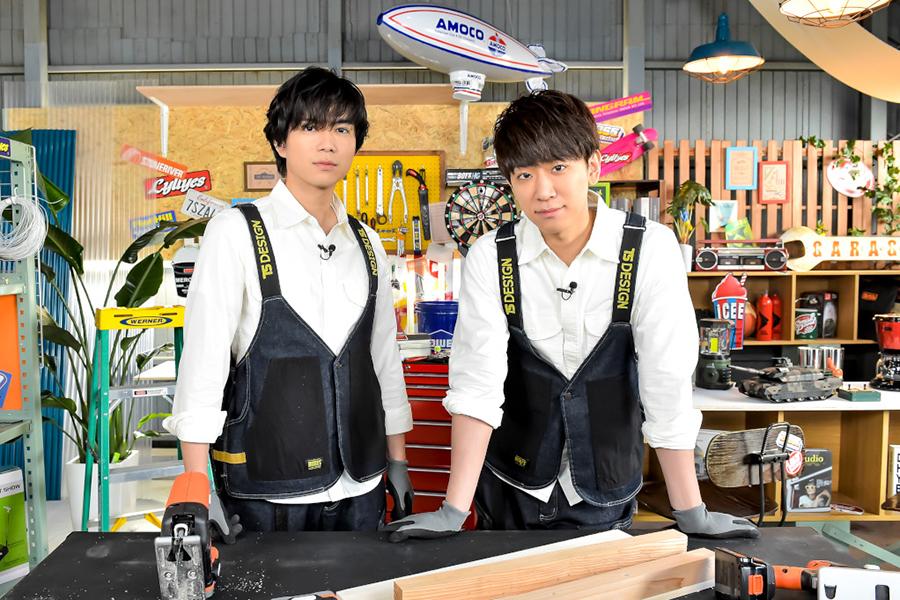 新番組「NEWSの全力!!メイキング」に出演するNEWSの小山慶一郎と加藤シゲアキ【写真:(C)TBS】