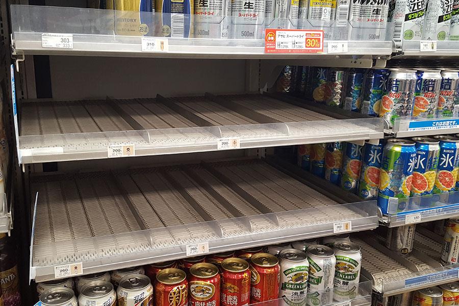 空っぽになった冷蔵棚。コンビニではアルコール飲料が飛ぶように売れていた 【写真:ENCOUNT編集部】