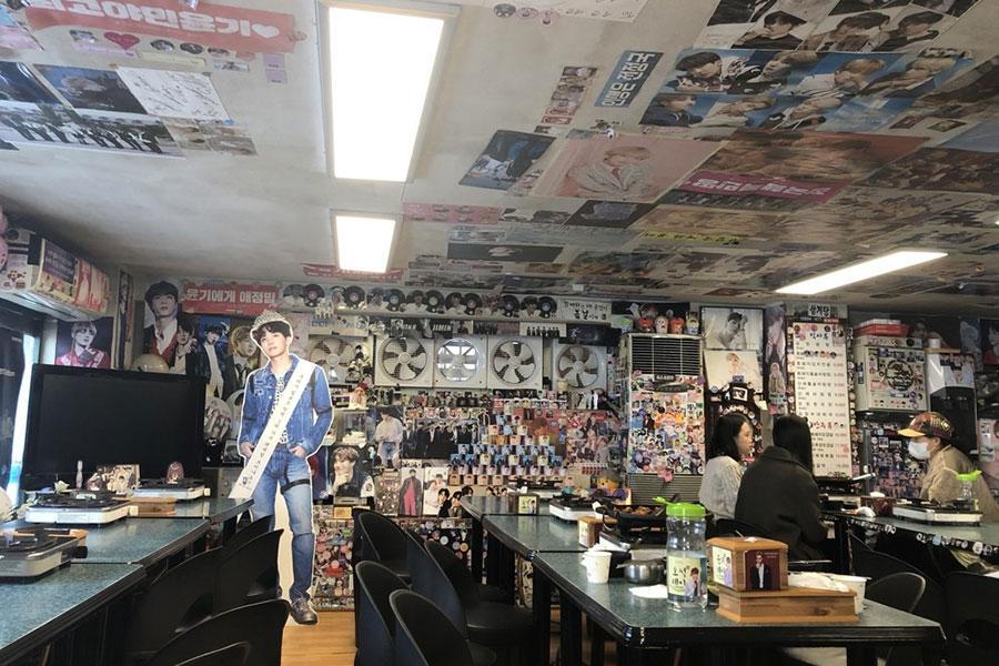 BTSメンバーの写真で埋め尽くされた「油井食堂」の店内。すごい迫力だ