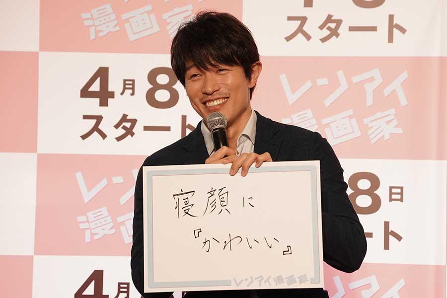 「レンアイ漫画家」のオンライン記者会見に出席した鈴木亮平【写真:(C)フジテレビ】