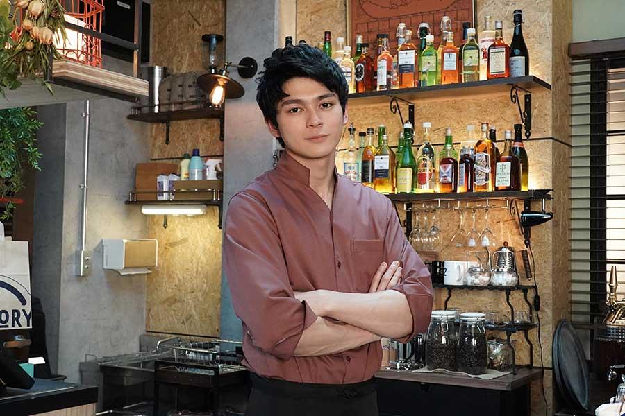 眞栄田郷敦が「レンアイ漫画家」でカフェ&バーの店長代理を演じる【写真:(C)フジテレビ】
