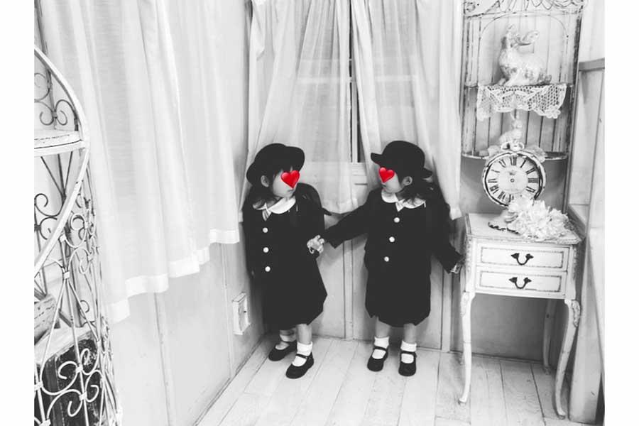 ノンスタ石田の妻、3歳双子の幼稚園制服姿にファン喝采「めっちゃ可愛い双子ちゃん」