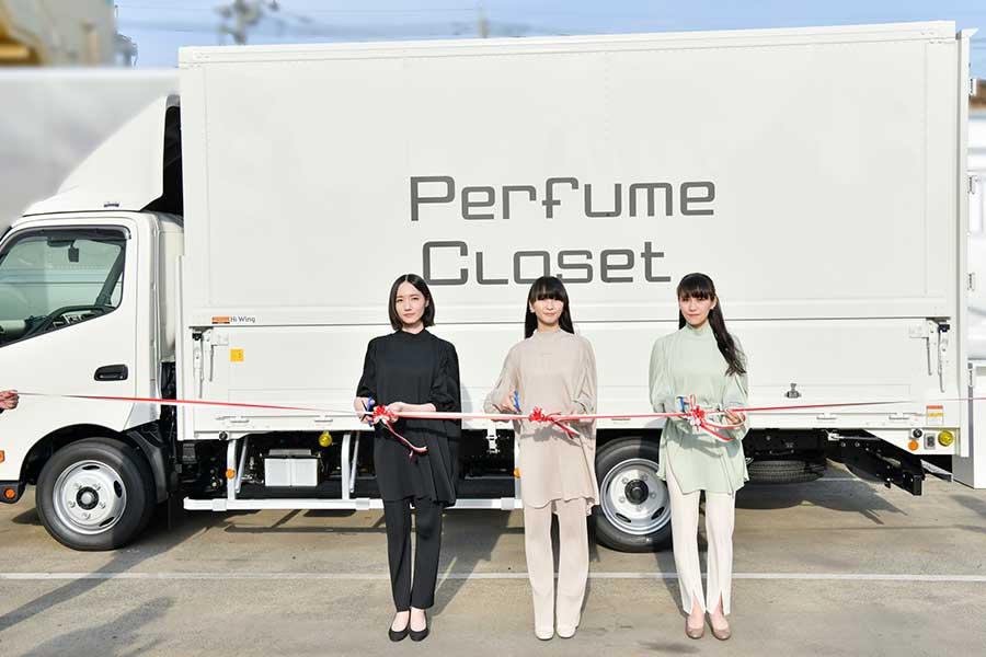 テープカットを行ったPerfumeののっち、かしゆか、あ~ちゃん(左から)