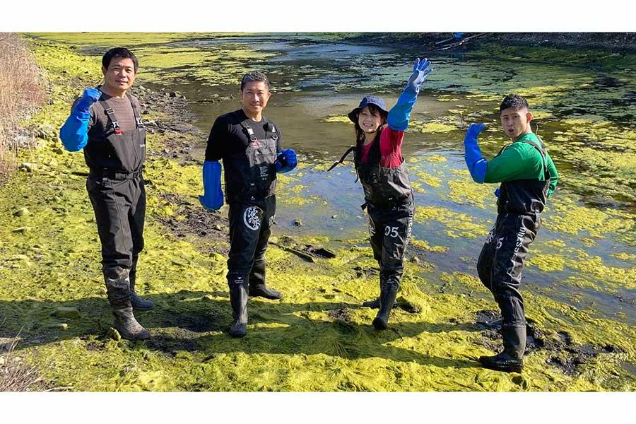 瀬戸内海に浮かぶ無人島・加島に向かった(左から)加藤英明、前園真聖、村重杏奈(HKT48)、ワタリ119【写真:(C)テレビ東京】