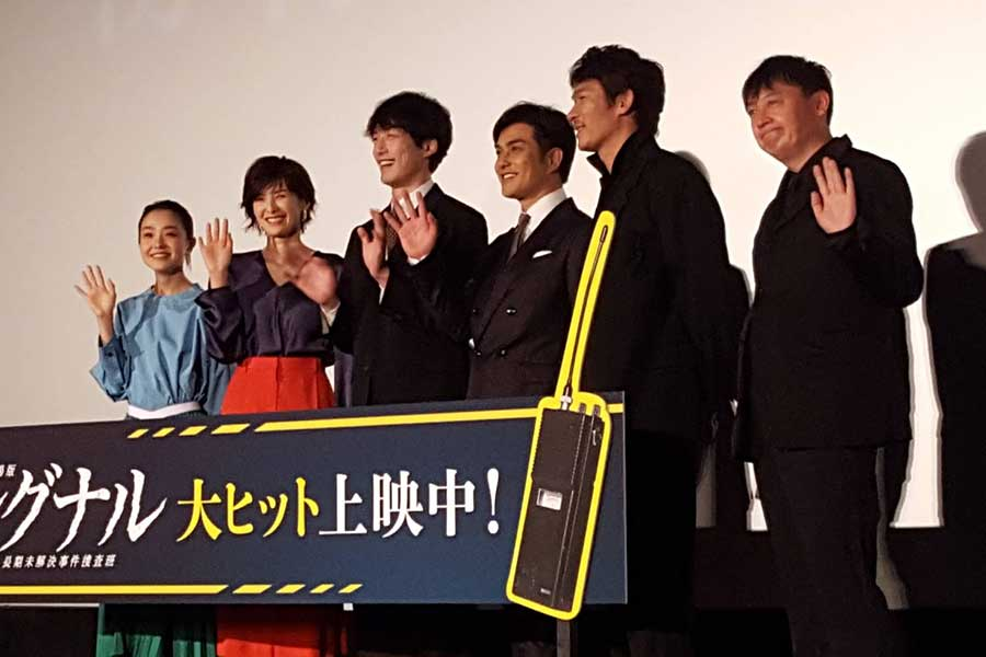 舞台あいさつに出席した奈緒、吉瀬美智子、坂口健太郎、北村一樹、伊原剛志、橋本一監督(左から)【写真:ENCOUNT編集部】