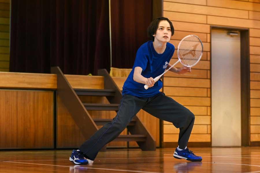 バドミントン選手として活躍する生徒役を演じる平手友梨奈の場面カット【写真:(C)TBS】