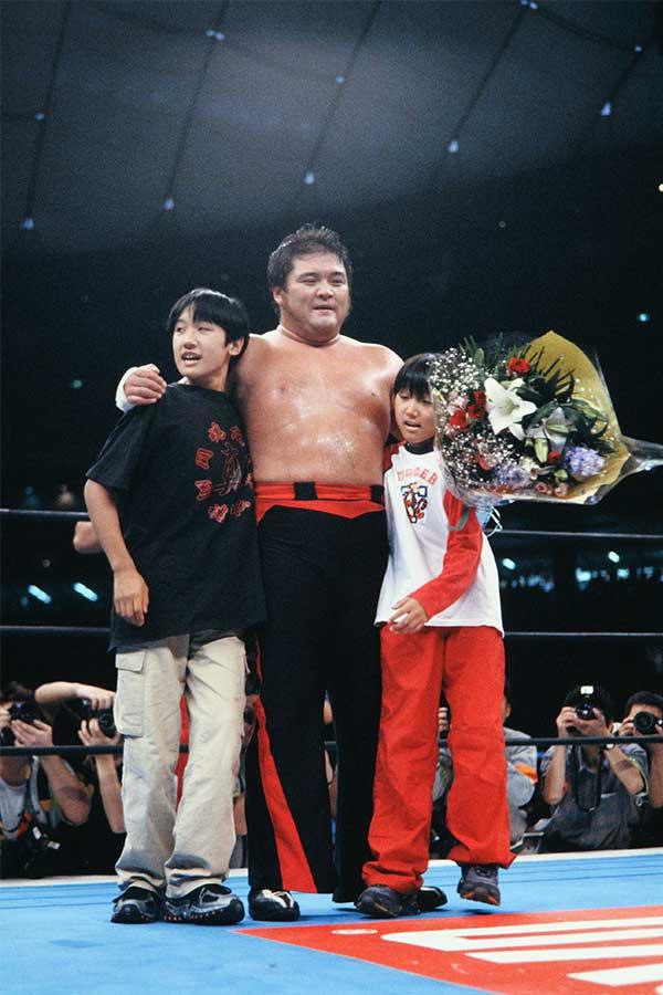 橋本のカムバックを祝う「折り鶴兄弟」(00年10月)。現在兄は番組プロデューサー、弟はタレントとして活躍【写真:平工幸雄】