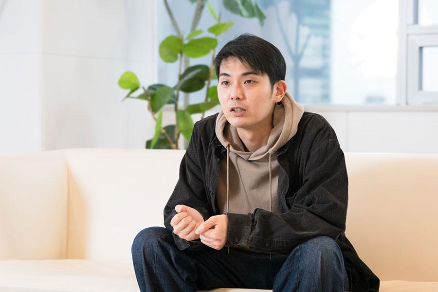 インタビューに応じた折坂悠太【写真:荒川祐史】