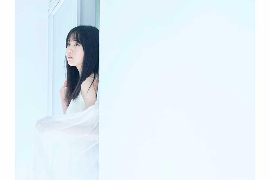 """""""純白""""の賀喜遥香がグラビアに登場 キャミワンピ姿を先行公開"""