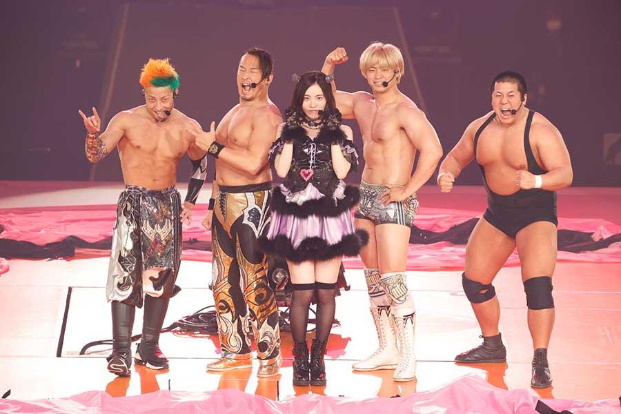 プロレスリング・ノアの選手とコラボした松井珠理奈(中央)【写真:(C)2021 Zest,Inc./AEI】