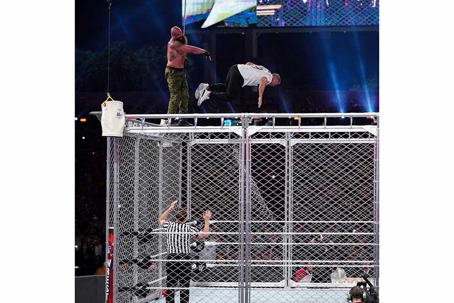 ブラウン・ストローマンVSシェーン・マクマホン【写真:(C)2021 WWE, Inc. All Rights Reserved.】