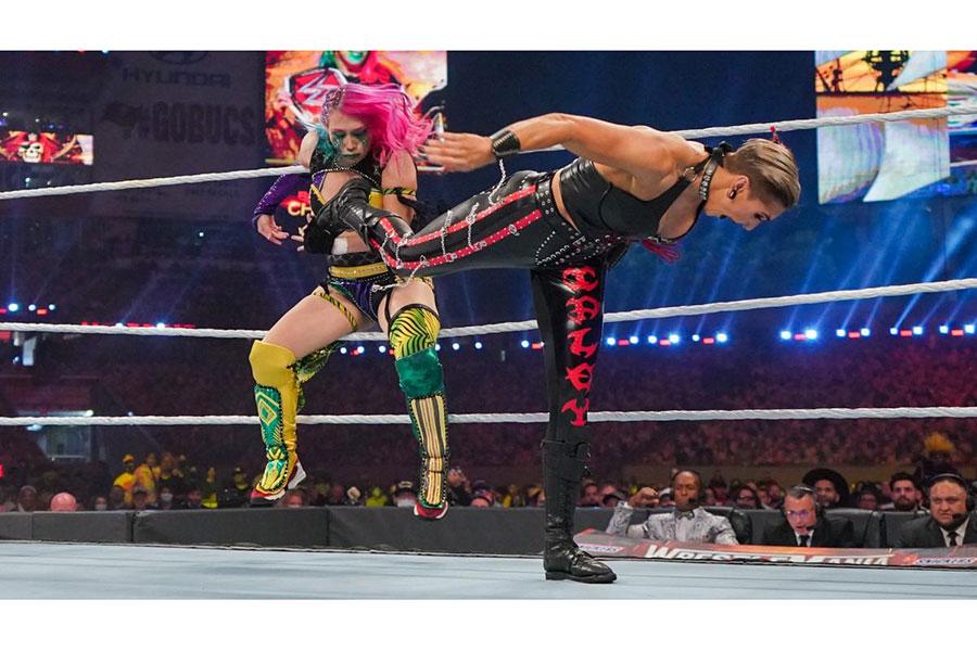 """アスカが""""新星""""リアに敗れる【写真:(C)2021 WWE, Inc. All Rights Reserved.】"""