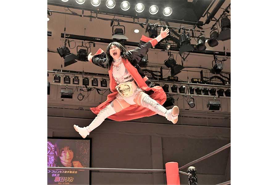 大きくジャンプする辰巳リカ。王者としてのプライドに満ち満ちている【写真:柴田惣一】