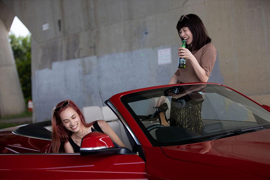 善も悪も超えたロードムービーに出演した水原希子(左)とさとうほなみ【写真:(C)Netflix「彼女」】