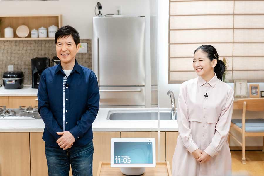 「Amazon Echo Show 10」新製品のオンライン発表会に参加した関根勤(左)と関根麻里