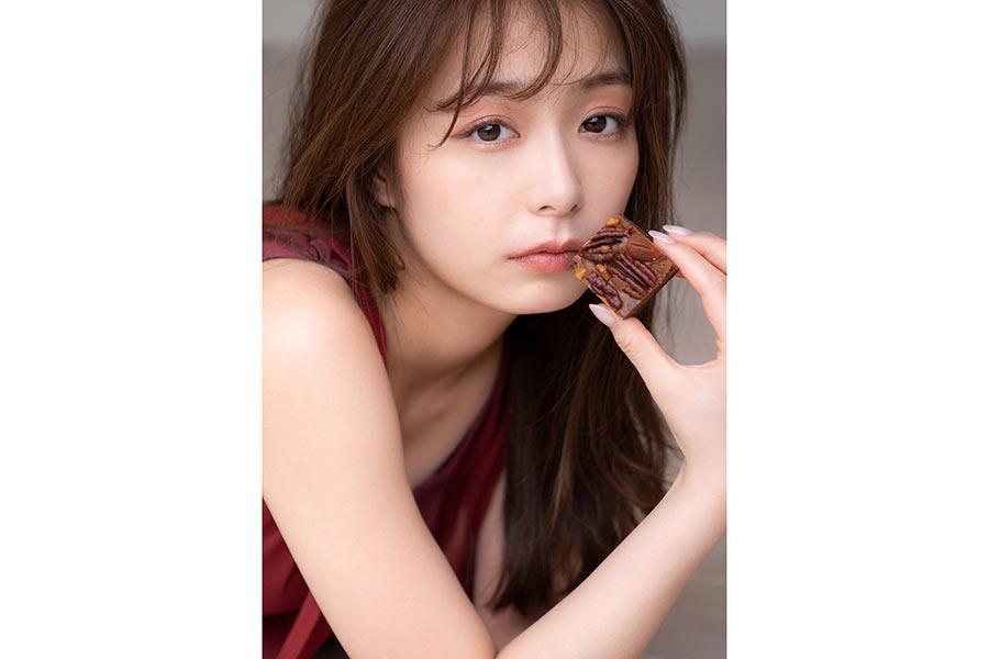 宇垣美里が愛するチョコをテーマにフォトエッセー発売「ラブレターです」