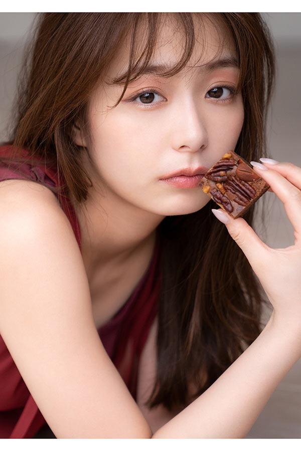 チョコレートをテーマにしたフォトエッセーを発売する宇垣美里