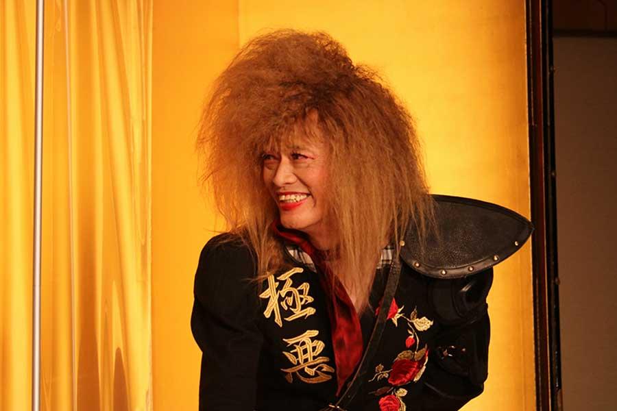 """遠藤憲一、超個性派ビジュアルで""""女性役"""" 川栄李奈も困惑「見た目が強烈過ぎる」"""