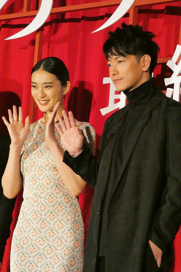 イベントに登壇した(左から)武井咲と佐藤健【写真:ENCOUNT編集部】
