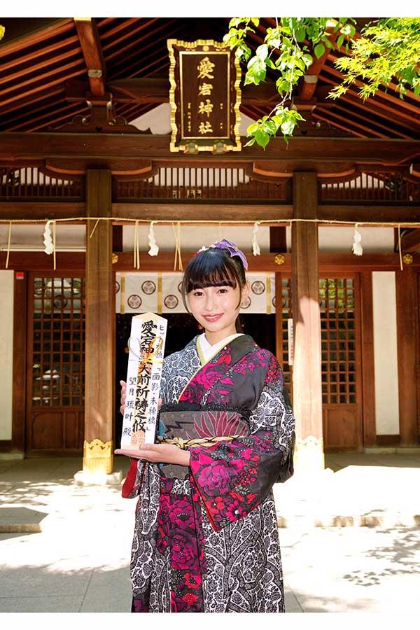 東京・愛宕神社でヒット祈願の木札を手にする望月琉叶